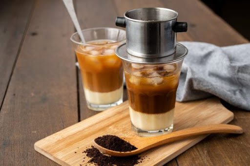 Cách pha cà phê sữa đá ngon được tạo nên từ hương vị đặc trưng của cà phê đen và sữa đặc.