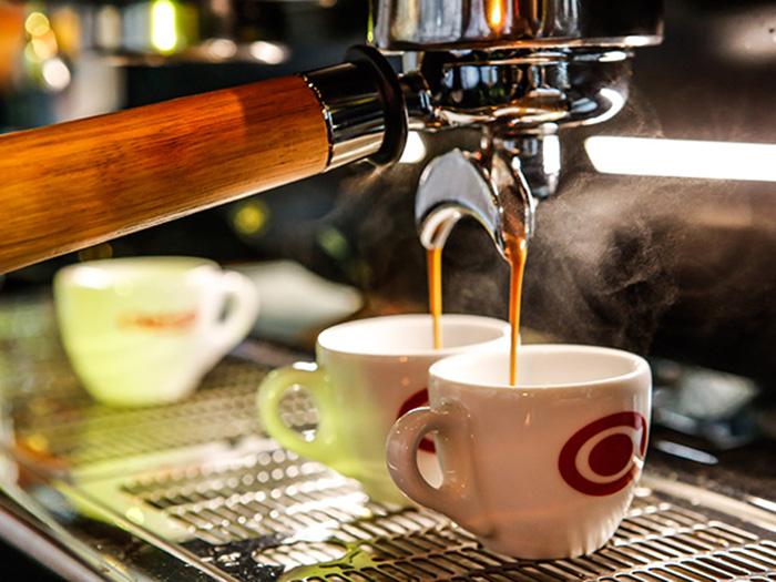 Pha cà phê bằng máy cho ra thành phẩm rất nhanh