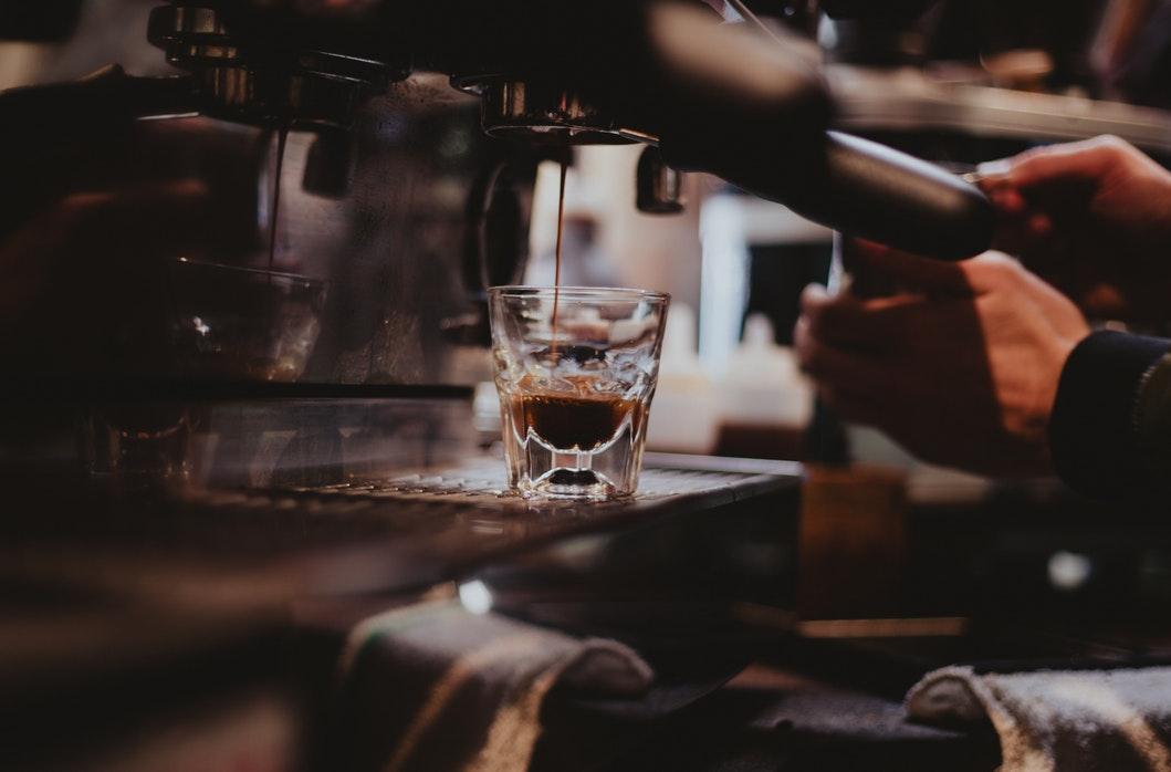 Cách pha cà phê ngon bằng phin và bằng máy