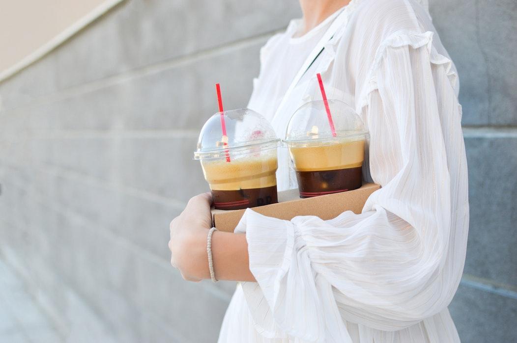 Nên dùng ly cao để đựng cà phê lắc, trông sẽ đẹp mắt hơn khi phần bột nổi lên