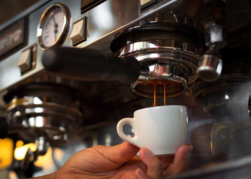 Máy pha cà phê bán tự động phục vụ trong nhà hàng, quán cà phê