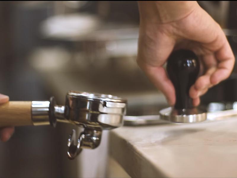 Bộ phận Fitter sau khi chiết xuất Espresso luôn được gắn ở Group Head để đảm bảo giữ nhiệt