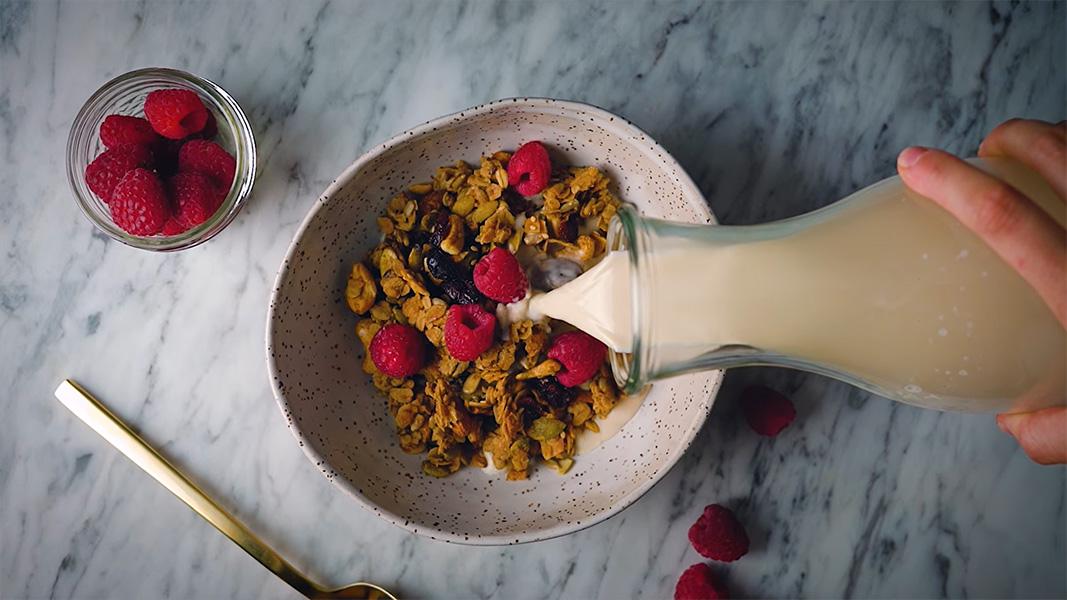 Sữa hạnh nhân ăn cùng ngũ cốc cho bữa sáng