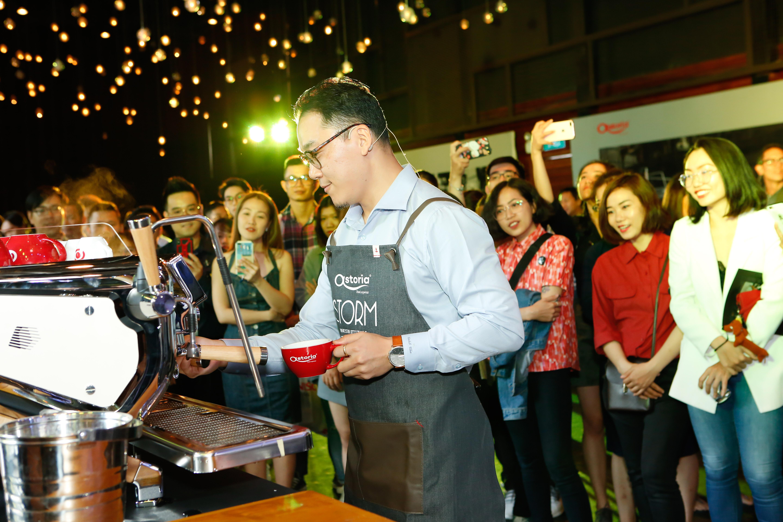 Caleb Cha biểu diễn nghệ thuật tạo hình Latte Art với ly cafe được pha từ Storm