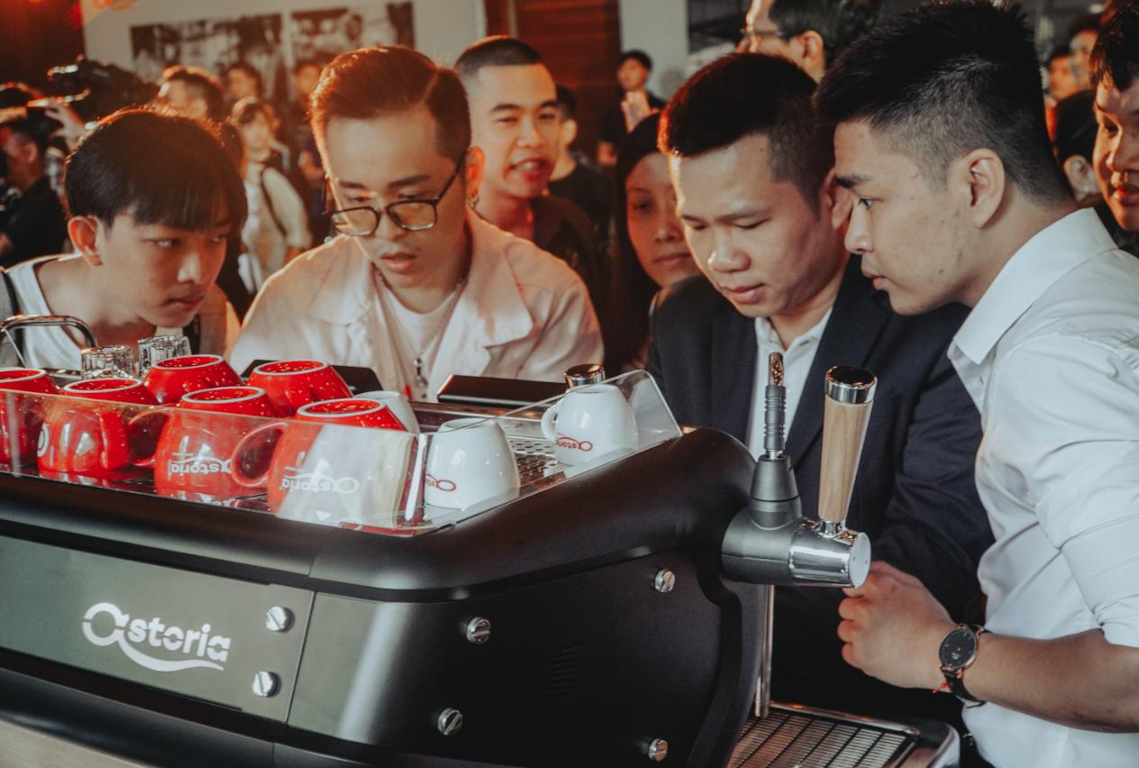ác kỹ thuật của Astoria đã điều chỉnh và kiểm nghiệm trên 700 ly cà phê để đưa ra con số chênh lệch là 0.1